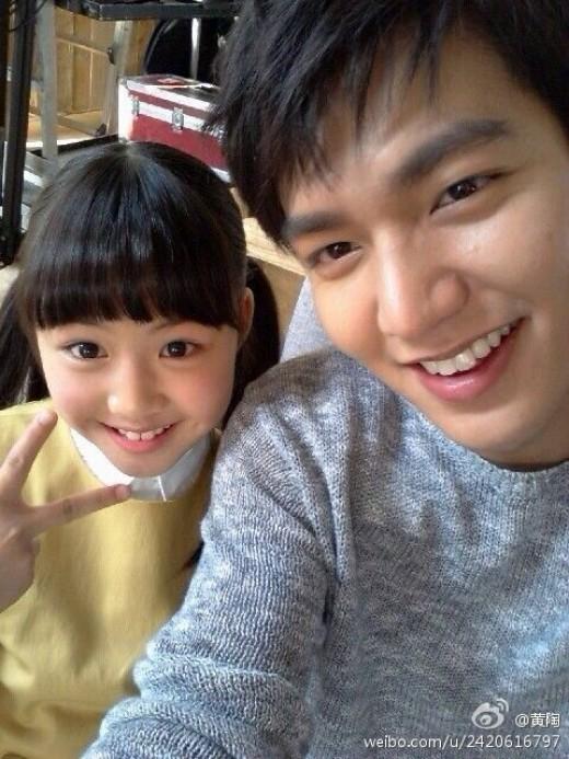 照片上小女孩天真无邪的笑容惹人爱,李敏镐在小女孩旁边变换各种表情图片