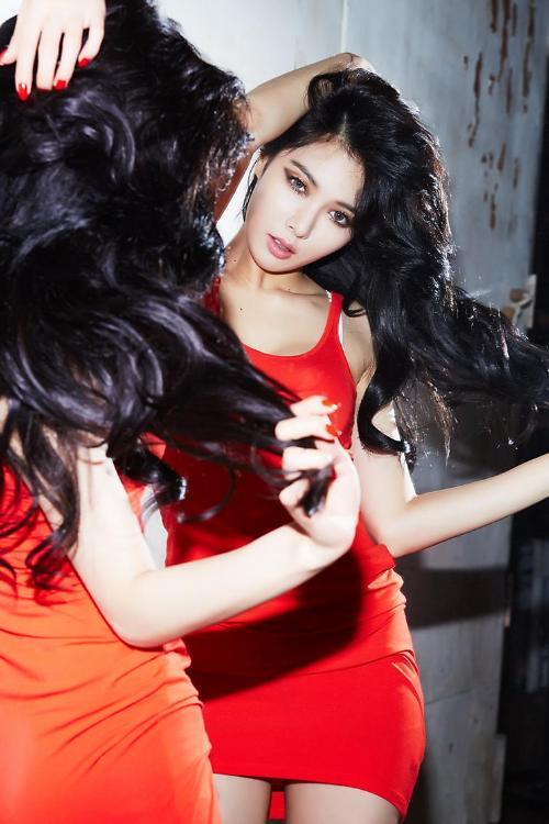 雅新歌《红》预告照公开 红裙黑发演绎性感诱