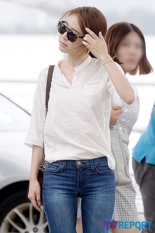刘仁娜白衬衫+牛仔裤 展现简约机场时尚范儿