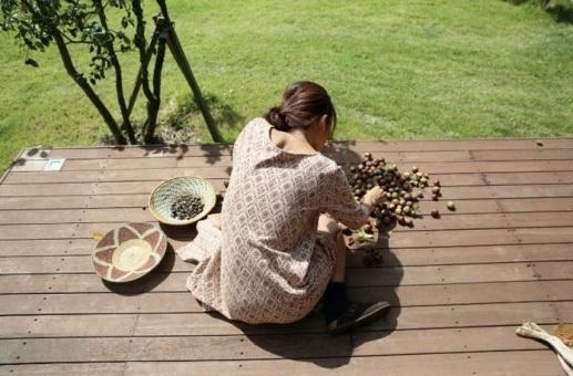 人民网9月22日讯 近日,李孝利通过博客公开了在济州岛晒山茶种的照片。李孝利虽未正面出境,但她悠闲清新的背影给人以温暖的感觉。配上秋日济州岛的风光,李孝利如同在拍摄一组时尚画报一般。她认真晒山茶种的样子也让人大呼性感女神也有贤妻良母的一面。看来,女神很享受婚后惬意的生活。(实习编译:张远征;审编:李美玉)