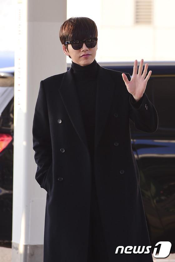 毛衣搭配黑色呢子大衣