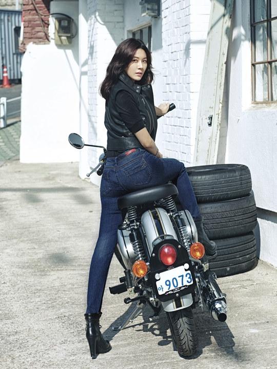 韩演员金荷娜代言牛仔品牌 翘臀长腿好身材组