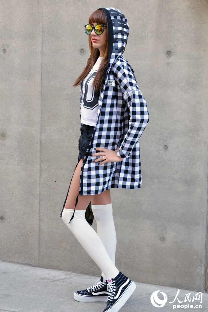 格子外套搭配同色系短裤与白色长筒袜