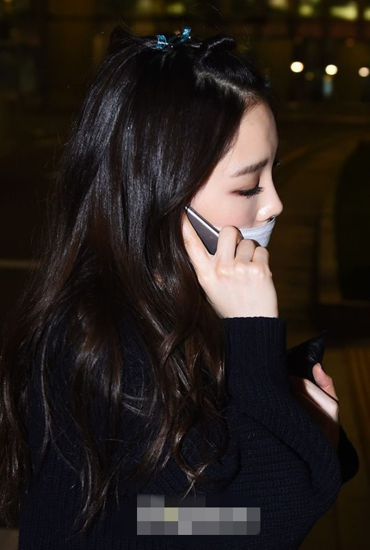 少女时代返韩现身机场 允儿露出额头显可爱泰妍忙接电话【组图】 (6)