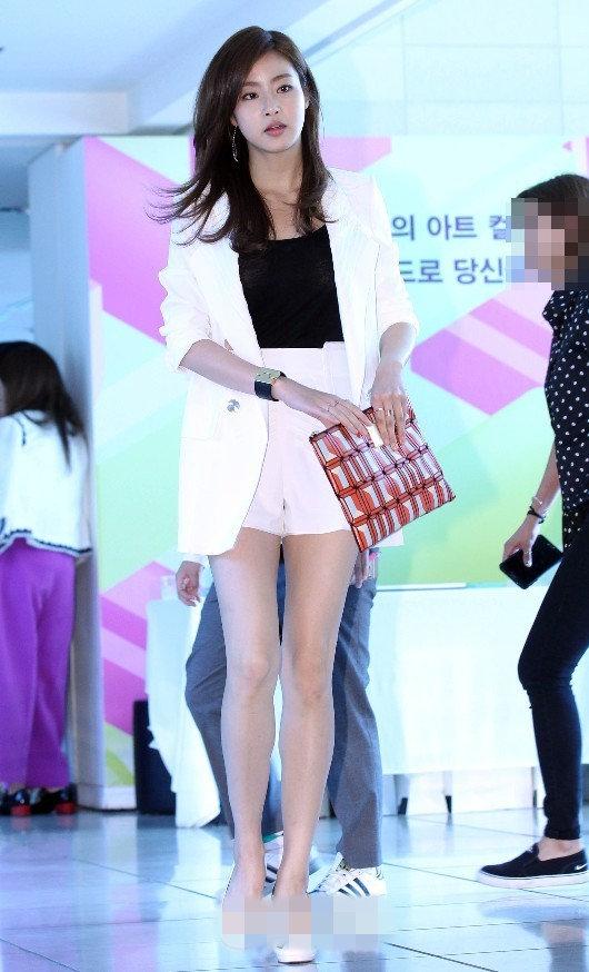 少女时代Yuri皮裙裹身显性感 姜素拉秀修长美腿