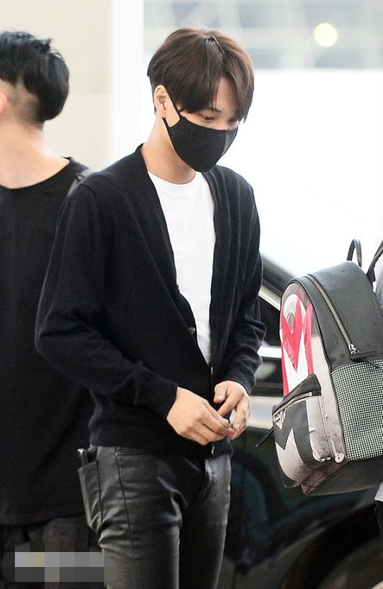 EXO9人赴上海有说有笑 Kai黑色皮裤抢镜张艺兴黑超遮面 6