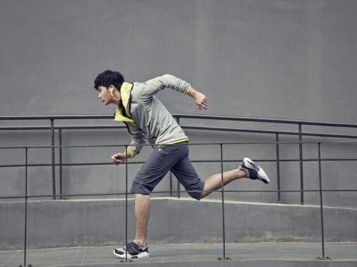 金秀贤运动写真 明媚笑容变身阳光大男孩【组图】