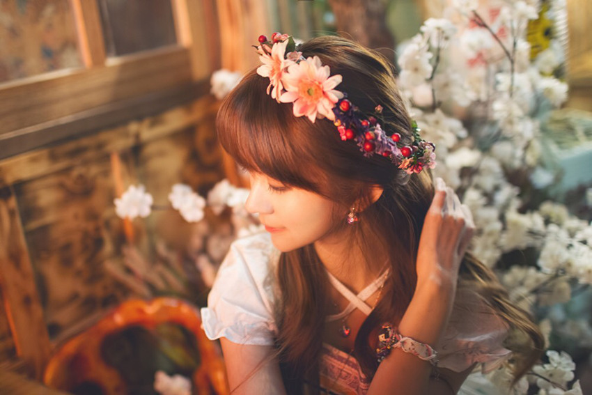 yurisa头戴花环,侧脸温婉可人