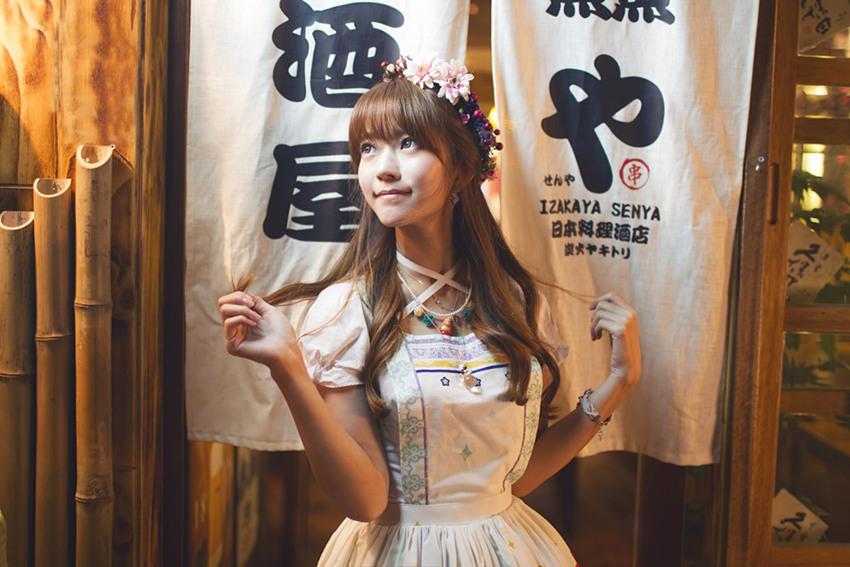 人民网6月30日讯 近日,韩国颜值逆天模特yurisa在微博更新生活照,在工作之余学习中文,自己动手制作手工艺品,不少网友纷纷感叹:yurisa心灵手巧,心地善良,颜值逆天,真女神。     最近,yurisa在微博更新了一组两年前的照片,yurisa身穿白色洋装,头戴粉色花环,站在樱花树旁,自然清新,宛如初恋。不禁让人感叹:女神美的不可方物!永远十八岁。  如今这位真人芭比已然成为了名副其实的网红,只要更新便吸引无数点赞评论和转发。   这位1995年出生的韩国美少女因喜爱Loli