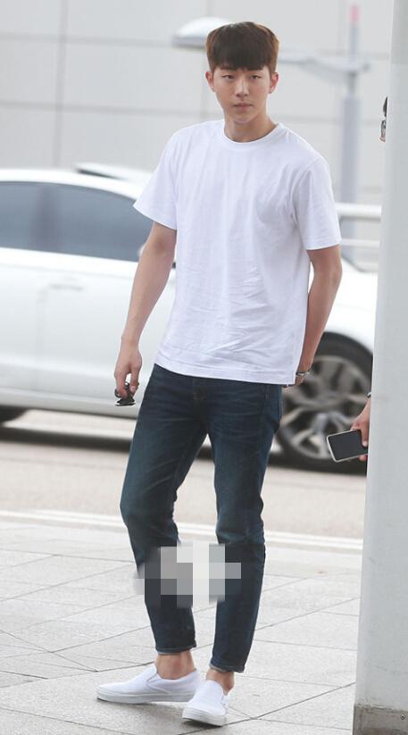 南柱赫白色t恤搭配牛仔裤