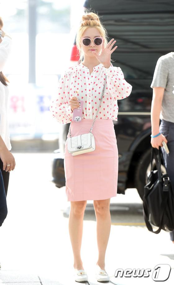 少女时代夏日时尚机场秀成焦点 允儿休闲范秀美腿徐贤粉嫩可爱 【组图