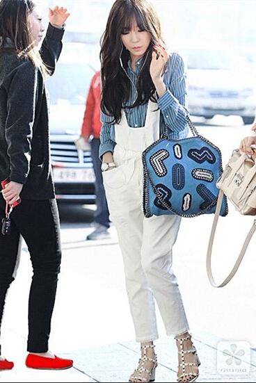 白色牛仔背带裤配上蓝色条纹