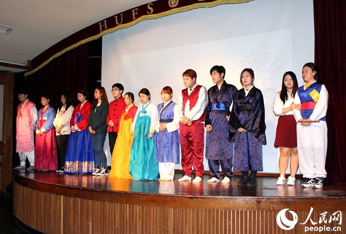 人民网首尔10月12日电(夏雪)10月10日,《屋塔房王世子》中文话剧巡演启动仪式在韩国外国语大学举行。   该话剧的策划、剧本编写及演出等工作全部由韩国外国语大学中演会的成员独立完成。中演会的前身为韩外大中文话剧兴趣小组。该小组于1963年进行了第一次中文话剧演出。1999年,该小组正式升级为韩国外国语大学中文学院的正式社团,每年进行定期演出。本次《屋塔房王世子》将是中演会的第24次演出。   该剧改编自韩国热播电视剧《屋塔房王世子》。该剧将韩国古典文化元素板索里、假面舞与韩国现代流行文化K-