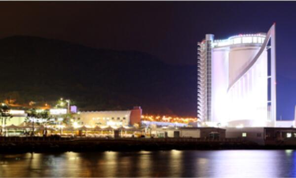 人民网首尔11月19日电 (王昱祺) 丽水是全罗南道第二大的城市,也是韩国最美丽的口岸城市之一。但丽水真正被世界所熟知,还是因为2012年的丽水世博会。   世界博览会是世界三大活动之一,影响力不亚于奥运会和世界杯。世博会巨大影响力从文化经济技术领域的奥运会称号里也可见一斑。2007年在法国巴黎召开的国际展览局总会上,韩国丽水被选为2012年博览会举办地。丽水世博会以生机勃勃的海洋及海岸:资源多样性与可持续发展为主题,吸引了100多个国家及国际组织参展。   尽管丽水世博会早已于2012年闭