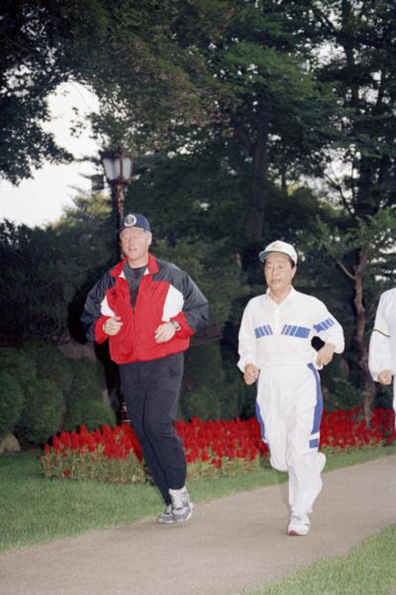 韩国前总统金泳三与美国前总统克林顿在青瓦台慢跑.