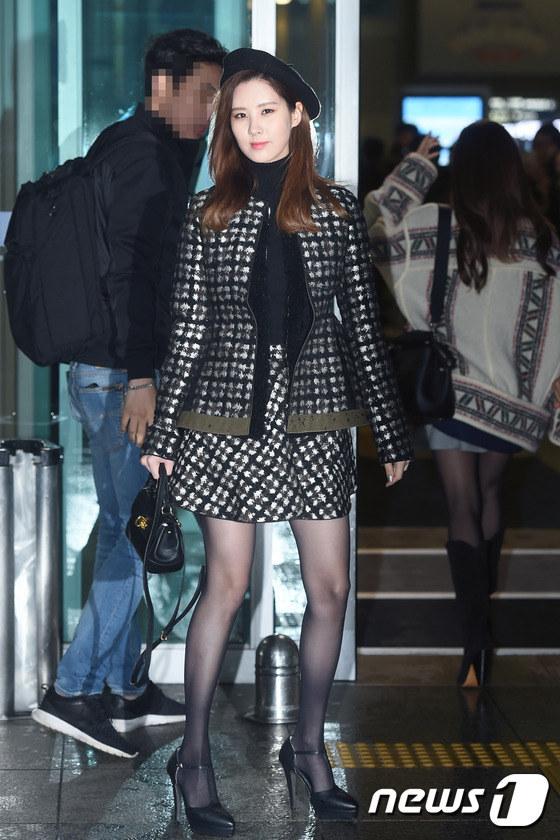 时代少女徐贤Tiffany现身机场飞香港穿黑丝冷视性文化展情趣内衣图片