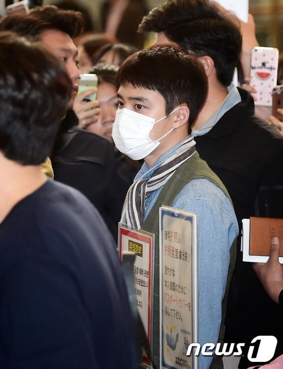 人民网5月3日讯 韩国组合EXO于5月3日通过金浦机场前往日本举行粉丝见面会。EXO成员们一现身机场便吸引众多粉丝围观拍照。   当天,D.O.身穿蓝色牛仔衬衣,外穿灰色马甲,搭配条纹围巾,英伦范十足。世勋以素颜现身,牛奶皮肤引人羡慕。   图片新闻延伸阅读: