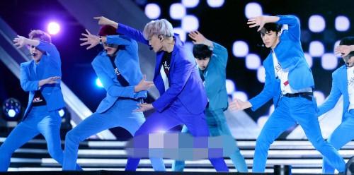 exo穿蓝色西装登台献唱 世勋帅气xiumin卖萌可爱【组图】 (3)