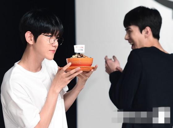人民网6月30日讯 6月29日下午,韩国男团EXO在首尔举行代言的某品牌粉丝签名会。签名会现场,EXO成员们变身吃货,品尝各款美食,大快朵颐的表情十分呆萌。尤其是成员世勋一改往日高冷的贵公子形象,以黑色有刘海发型出镜,温和乖乖的模样十分吸睛。   另外,EXO日前发布会全新专辑《EXACT》,目前正在积极地宣传新专辑。   图片新闻延伸阅读:
