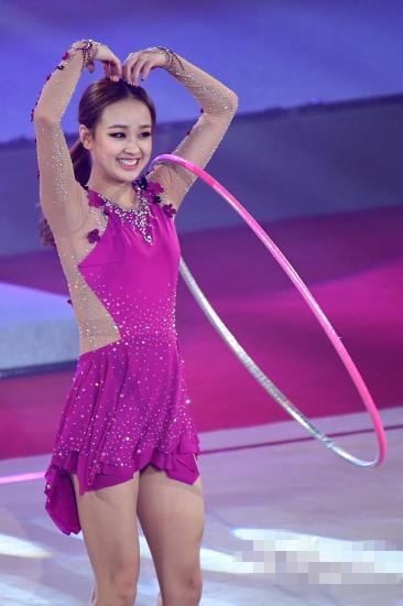 """孙妍在穿玫瑰色服装与马蒙""""斗舞"""" 比心形手势可爱娇羞"""