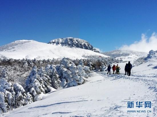 登山者攀登韩国汉拿山御里牧线的四燕小山。   位于韩国济州岛的汉拿山海拔1950米,是韩国最高峰,一年四季风景如画,更拥有城板岳、观音寺、御里牧、灵室等多条难度不同、景色各异的登山线路,受到韩国国内外登山爱好者的欢迎。冬日,适合欣赏济州独有的山岳地形的御里牧登山线路成为登山爱好者的首选。