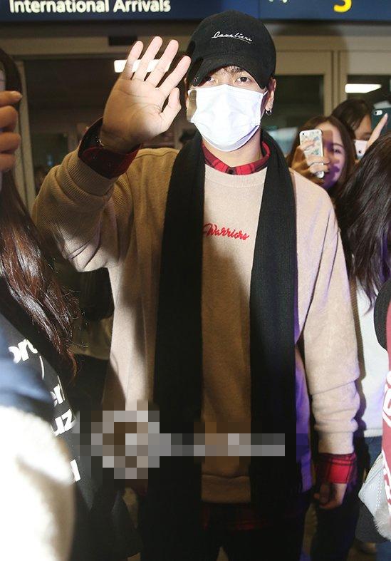 GOT7王嘉尔返韩现身机场 获大批粉丝接机人气