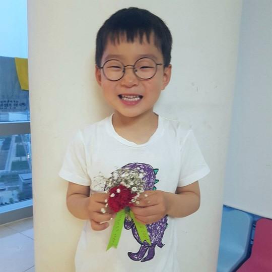 人民网5月9日讯 5月8日是韩国的法定节日父母节,这是为了特别感谢父母而设立的节日。韩国演员宋一国晒出了三胞胎儿子送康乃馨的照片,引发热议。   宋一国于5月8日在个人社交媒体上公开了一组照片并写道:一回到家就戴上花,第一次收到大韩、民国和万岁送的康乃馨。照片中,三胞胎手拿康乃馨,大韩和民国露出灿烂的笑容,万岁则嘟起嘴做出亲吻的表情,萌翻众人。        三胞胎 大韩、民国和万岁通过出演综艺节目《超级星期日-超人爸爸回来了》受到观众喜爱。