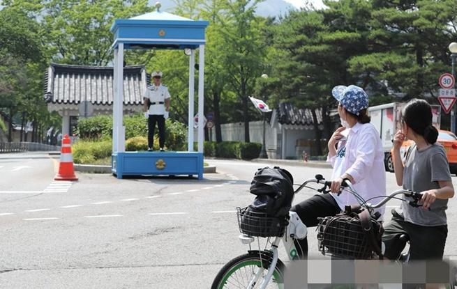 """打造""""开放的青瓦台"""" 韩总统府前方道路将向公众开放"""