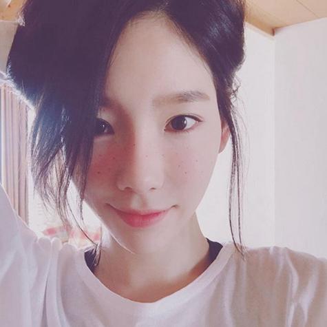 照片中,徐贤短发造型清爽干净,彰显甜美可爱气质.