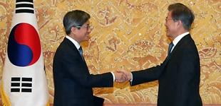韩总统文在寅向金命洙颁发大法院院长任命状