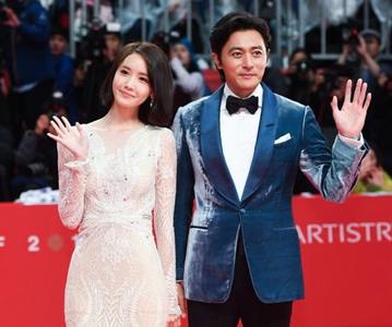 【釜山电影节开幕式红毯】林允儿张东健文根英亮相