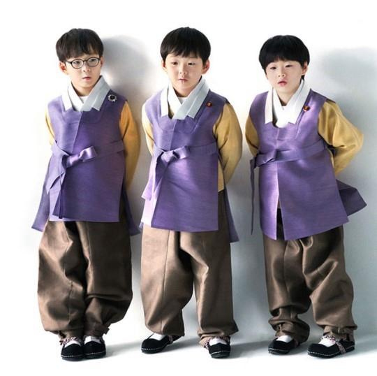 人民網訊 2月15日除夕當天,韓國流量們紛紛在社交平台上晒出穿著韓服的拜年照,向粉絲送上新春祝福。宋家三胞胎可愛范十足防彈少年團、BLACK PINK、A Pink、MOMOLAND、LABOUM、SF9等愛豆們韓服加身的硬照吸粉十足。另外,申世景、金所炫穿韓服的拜年照同樣可圈可點。   娛樂新聞延伸閱讀: