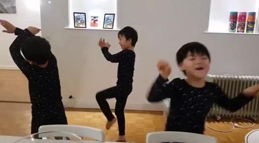 """宋一国上传了三胞胎手舞足蹈跳舞的视频,并配文道""""结婚纪念日祝贺"""
