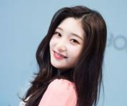 DIA郑采妍展清新甜美气质