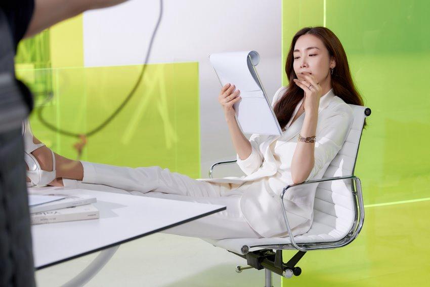 崔智友婚后首拍广告 气质卷发+精致妆容化身职场丽人【组图】