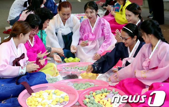 韩多元文化家庭女性制作中秋传统糕点——松饼