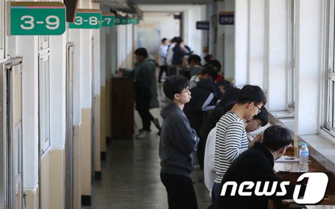 韩国高考倒计时第3天 学生们走廊里备考
