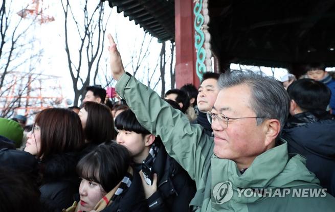韩国总统文在寅与市民清晨爬山 迎接2019年新年