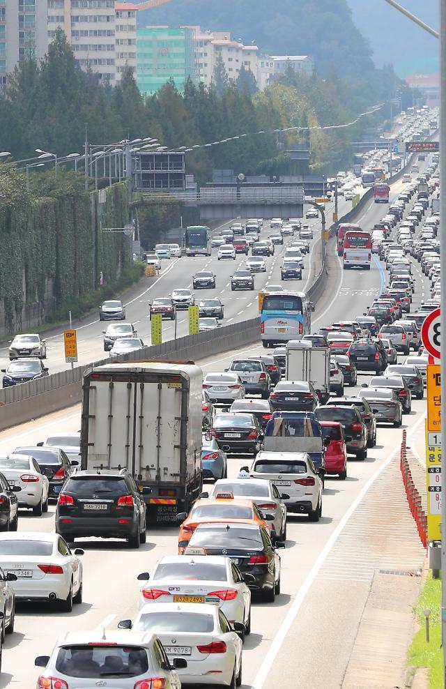 9月15日在首尔蚕院高速公路出入口拍摄的京釜高速公路路况。【图片提供 韩联社】