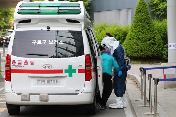 人民网讯 据韩媒《中央日报》报道,6月17日,位于京畿道安山市的一家幼儿园发生集体食物中毒事件。防疫当局已介入该事件并展开流行病学调查。   京畿安山常绿水保健所17日接到常绿区一家幼儿园的报告,该报告称园内学生突然腹痛。保健所经调查后发现,187名幼儿园生中共有19人出现了腹痛和腹泻症状,大部分已入院接受治疗。   事件发生后,该幼儿园暂时处于关闭状态。   保健所一位相关人士表示:该幼儿园12日出现首例儿童腹痛病例,随后其他幼儿园生陆续出现类似症状,看来此次事件与新冠病毒无关,正在调查确认食物