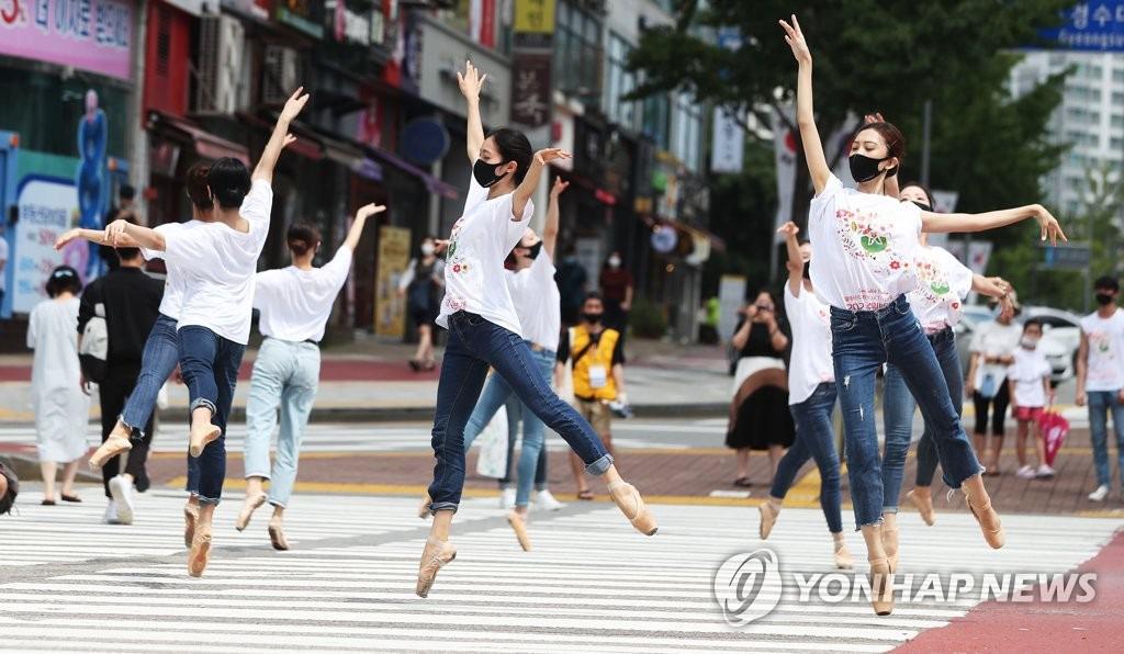 韩国:舞者在斑马线上跳芭蕾【组图】