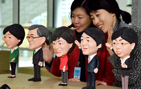 人朴槿惠和无党派候选人安哲秀的漫画像木偶闪亮登场