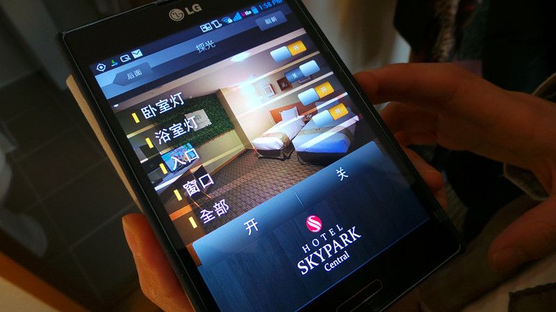 用智能手机打开房门,进行室内温度和亮度的调节