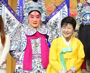 韩国总统朴槿惠27日身着金黄色韩服出席在人民大会堂举行的欢迎晚宴.