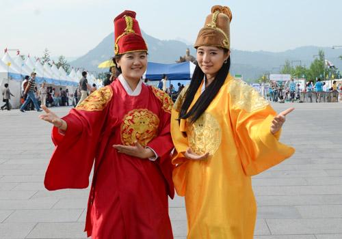 人民网主持在光化门广场穿韩国古代国王传统服