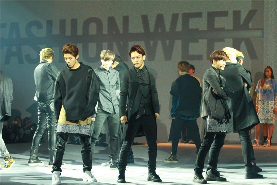 EXO现身2014首尔时装周开幕表演激情献唱【