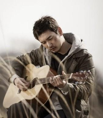 曹承佑手握吉他弹唱情歌 帅气模样抓住女人心