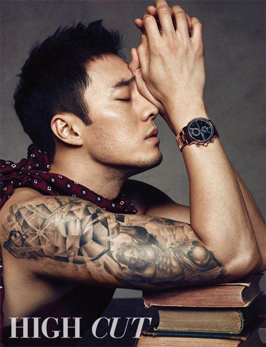 肌肉纹身大展男性魅力