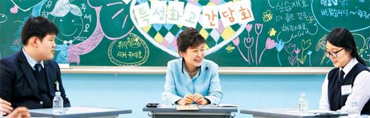 韩国总统朴槿惠14日上午来到位于首尔中区的一所特殊
